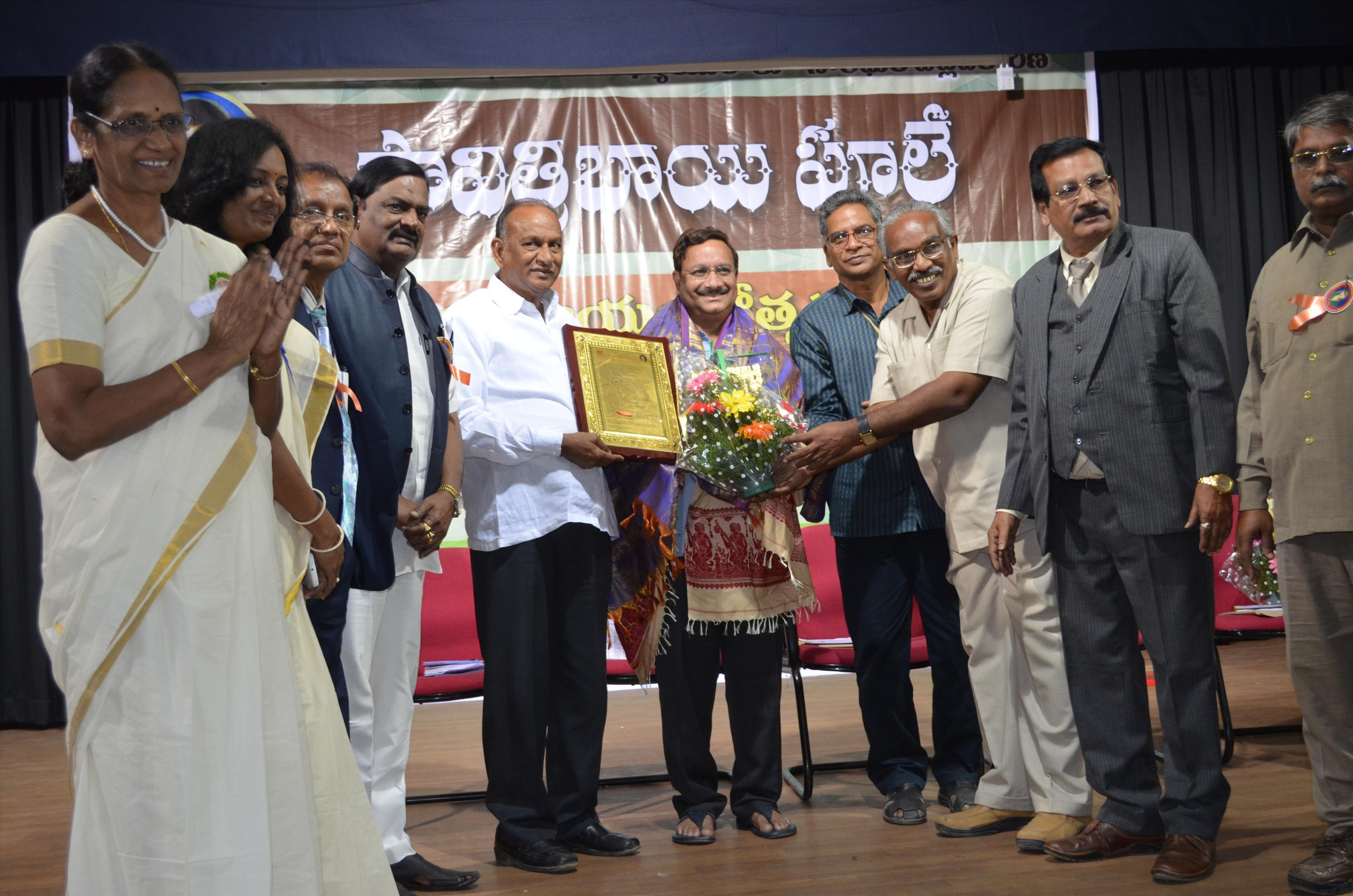 Dr Umar Alisha receiving Savitri Bhai Phule Life Time Achievement Award