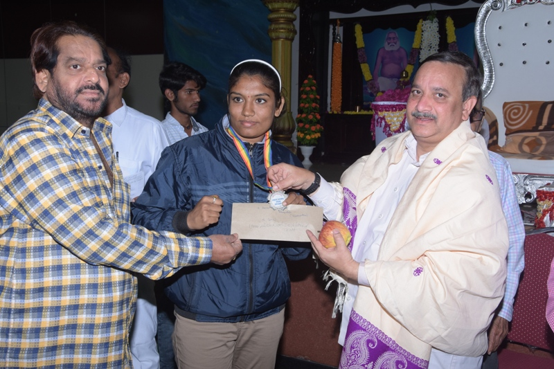 5000  rupees check for International Boxing champian Miss Aruna